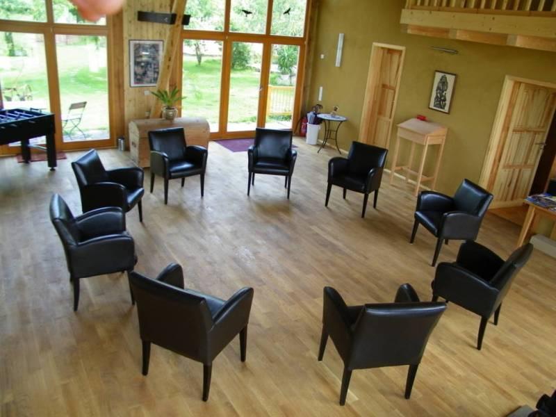 Das Atrium mit offenem Stuhlkreis