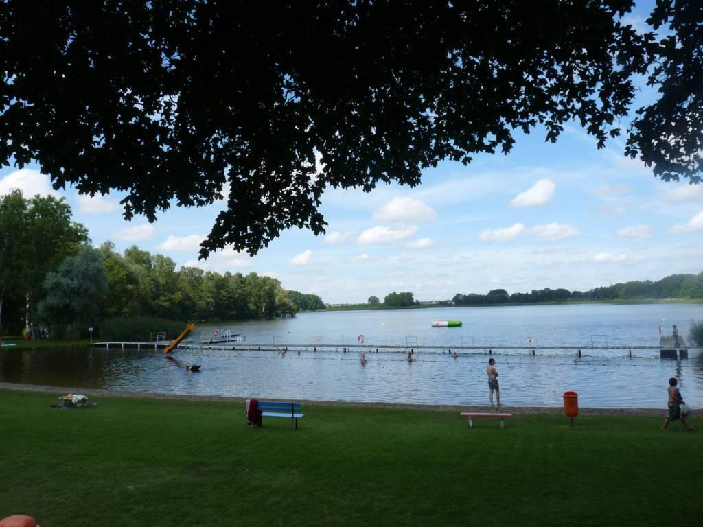 Es gibt Bademeister, eine Badeinsel und die schöne Sicht über den See.