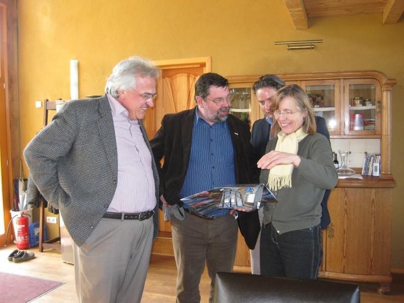 Der Landrat, Herr Schulze, und der Leiter der Tourismus Marketing Uckermark, Herr Zierke, beim Betrachten der Fotos zur Geschichte des Hofes